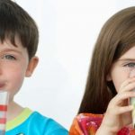 Pentingnya Mengajak Si Kecil Minum Susu di Gelas