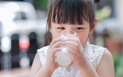 Pastikan si Kecil Minum Susu Sesuai Kebutuhan Usianya!