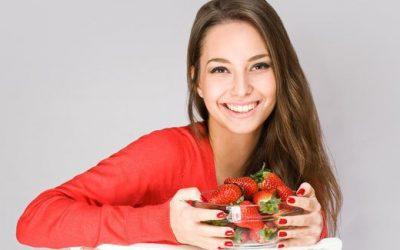Tips Memutihkan Gigi dengan Buah Strawberry
